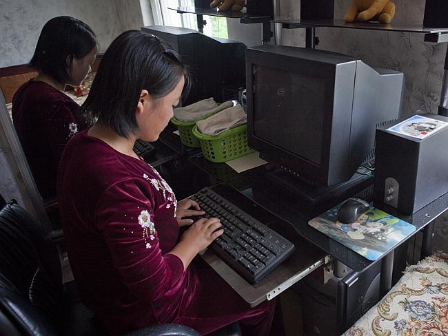 Mädchen sitzt am Computer ohne Strom