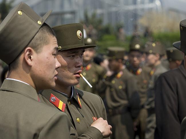 Soldaten mit einer Zigarette beim Pause machen